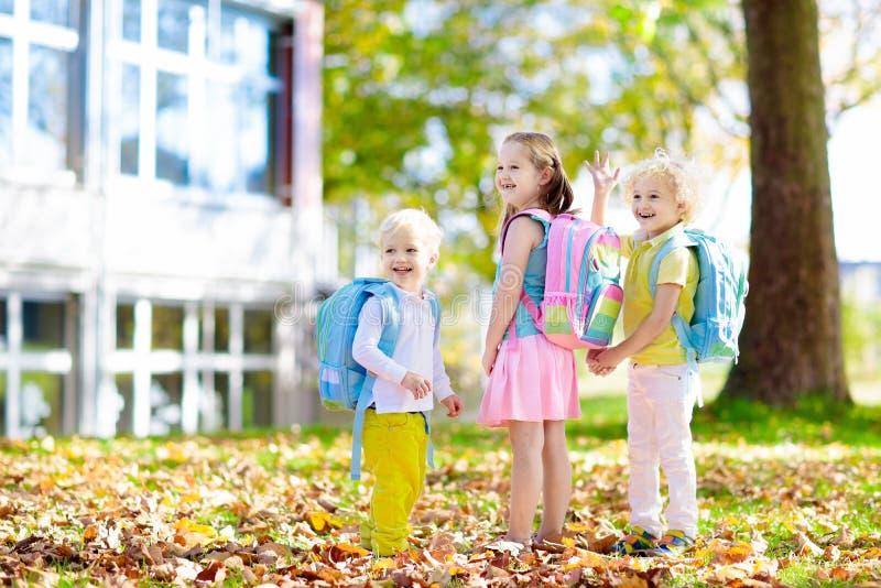 孩子回到学校 幼儿园的孩子 免版税库存照片