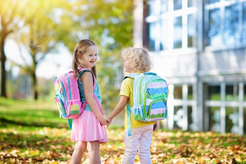 孩子回到学校 幼儿园的孩子 库存照片