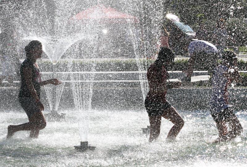 """孩子在一个喷泉的水中使用在一个晴朗的夏日在暑假期间在索非亚,保加利亚†""""2012年6月15日 晴朗的天气c 免版税库存照片"""