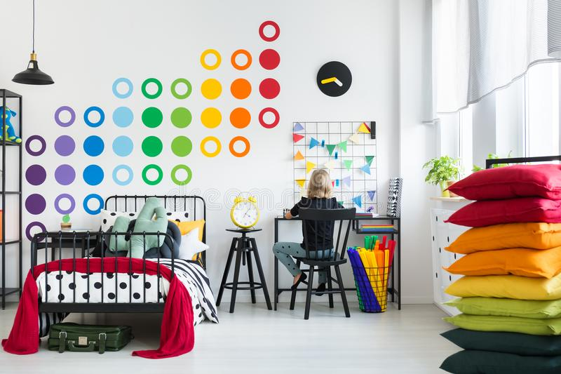 孩子在五颜六色的卧室 图库摄影