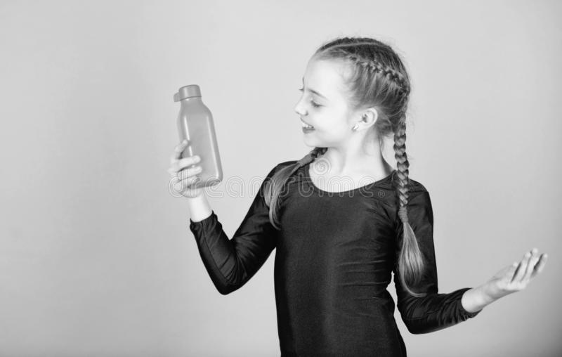 孩子在体育训练以后感觉干渴 E 水分平衡和 免版税库存照片