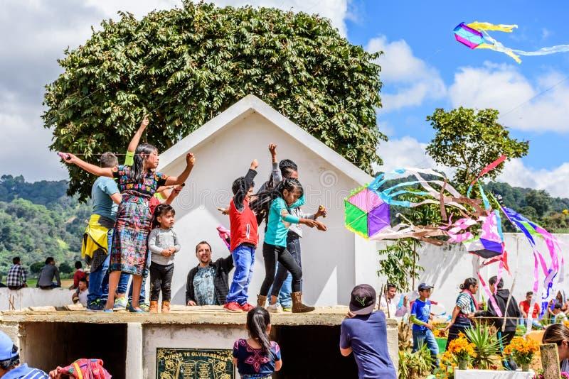孩子在公墓,巨型风筝节日,圣地亚哥Sacate飞行风筝 库存图片