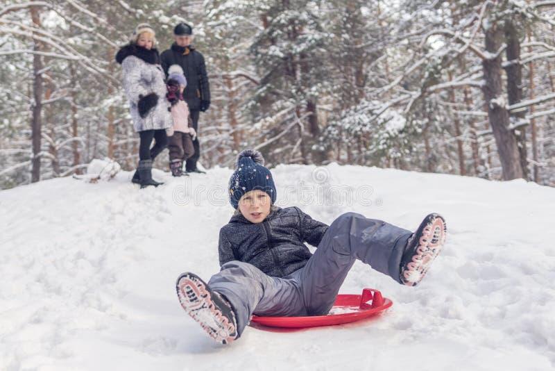 孩子在冰上滑行船滑冰 库存照片