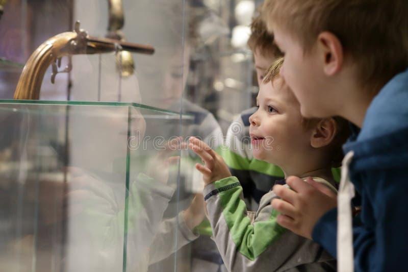 孩子在博物馆 免版税库存照片