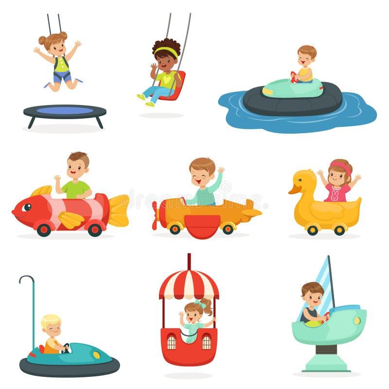 孩子在吸引力乘坐在游乐园,为标签设计设置了 动画片详细的五颜六色的例证 向量例证