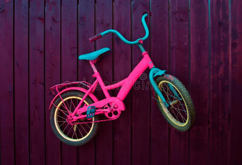 孩子在墙壁上骑自行车 免版税库存照片