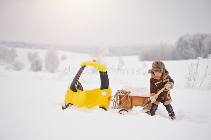 孩子在多雪的冬天使用外面 库存照片