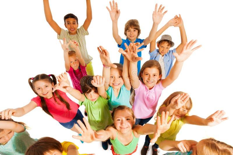孩子在天空中的跳和举手 免版税库存图片
