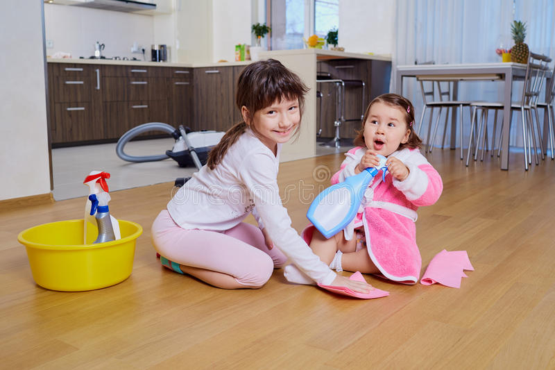 孩子在屋子里做清洁 免版税图库摄影