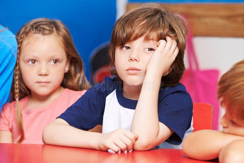 孩子在幼儿园乏味 库存照片