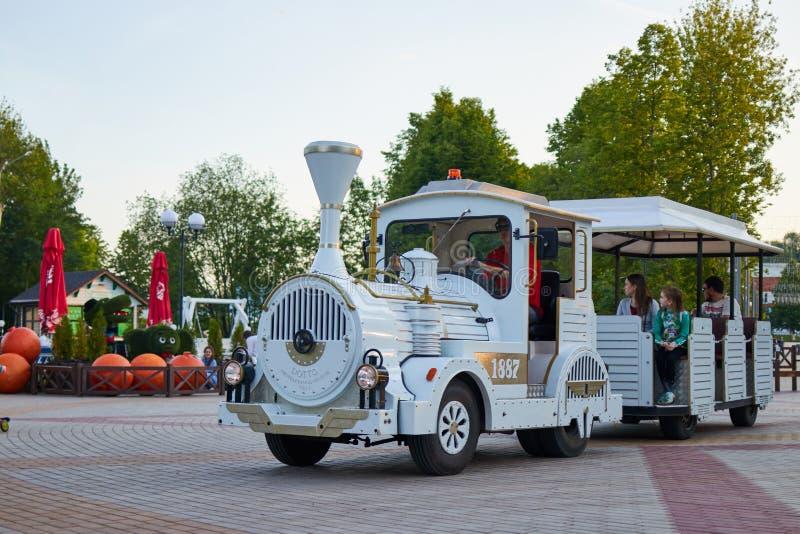 孩子在机车乘坐在公园 切博克萨雷,俄罗斯,28 05 2019? 免版税库存图片