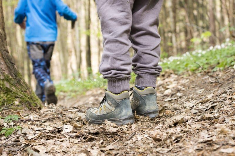 孩子在森林里,远足鞋子 库存图片