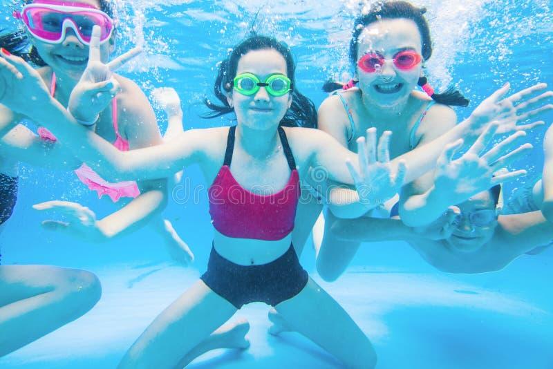 孩子在水池游泳 库存照片