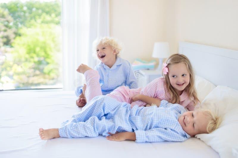 孩子在河床上 睡衣的孩子 家庭卧室 图库摄影