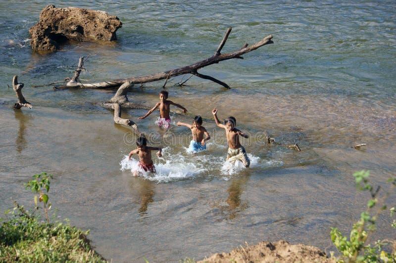 孩子在河沐浴 免版税图库摄影