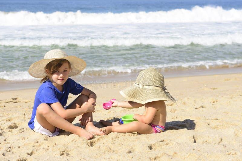 孩子在海滩的暑假 免版税库存图片
