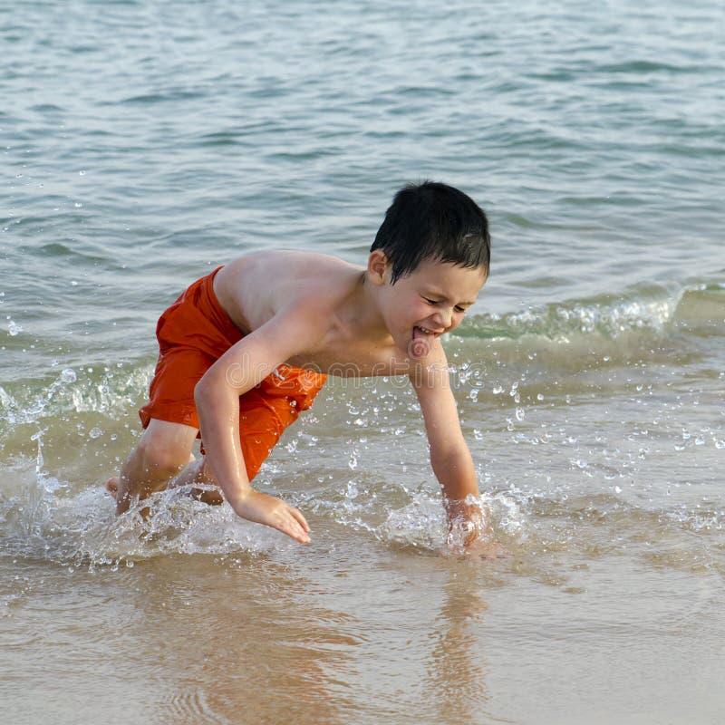 孩子在海滩的海 图库摄影