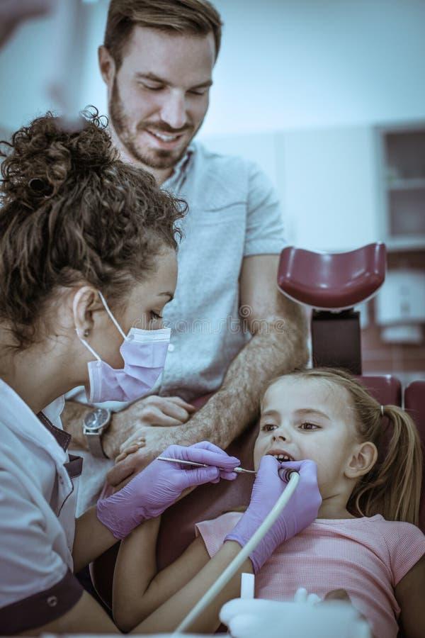孩子在牙医办公室 女性牙医 库存照片