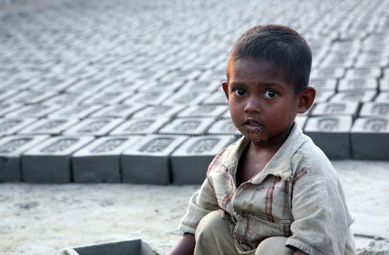 孩子在砖工厂 免版税库存图片