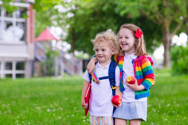 孩子在第一个教学日 免版税库存照片