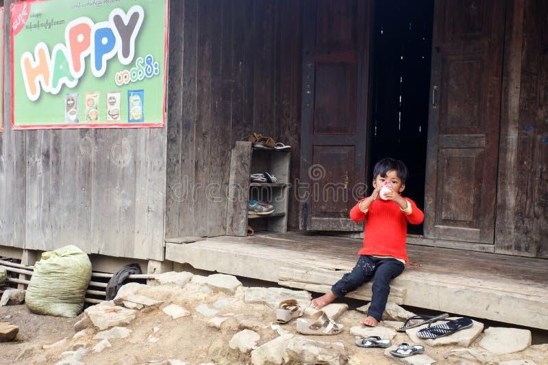 孩子在缅甸山坐 图库摄影