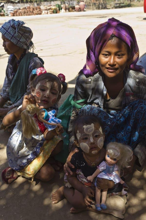 孩子在缅甸的一个村庄 库存图片
