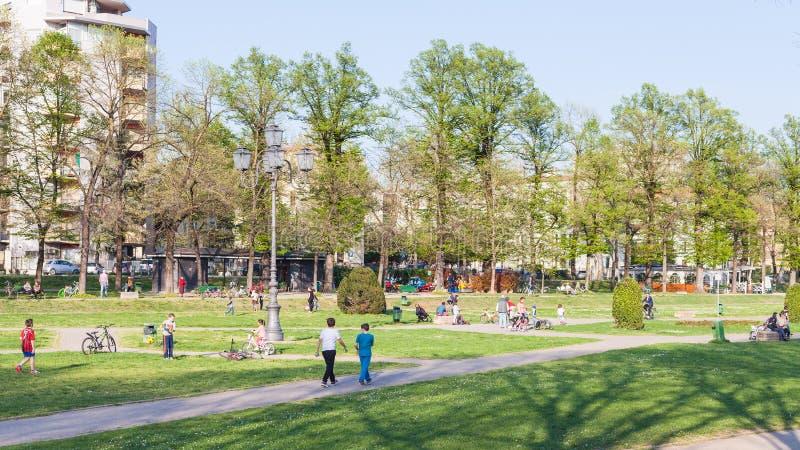 孩子在都市庭院Parco del Te里在曼托瓦 免版税库存照片