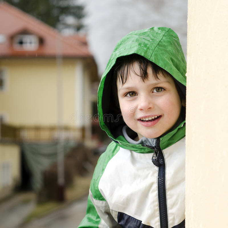 孩子在雨中 库存照片