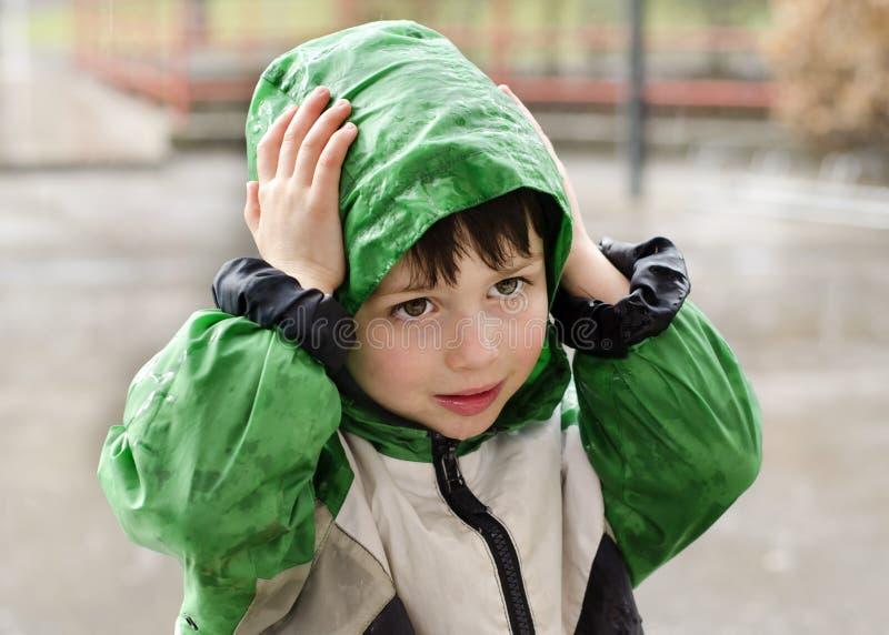 孩子在雨中 库存图片