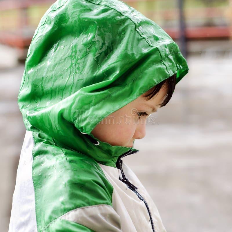 孩子在雨中 图库摄影