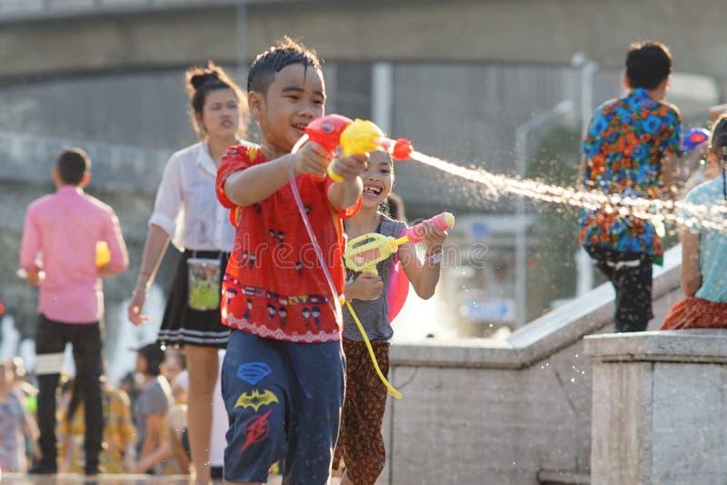 孩子在Songkran期间的戏剧水 库存照片