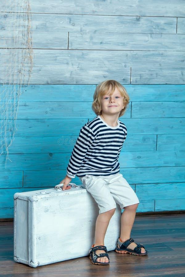 孩子坐手提箱 免版税图库摄影