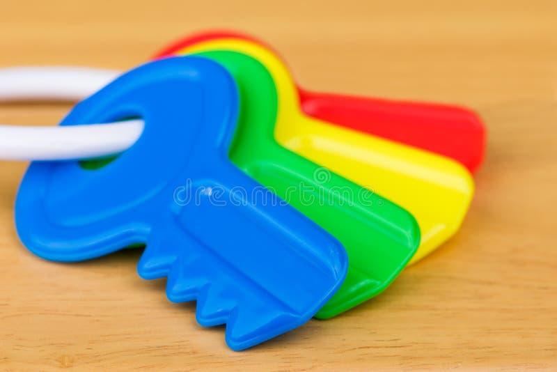 孩子塑料五颜六色的钥匙 免版税库存图片