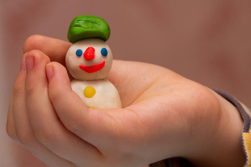 孩子塑造雪人 免版税图库摄影