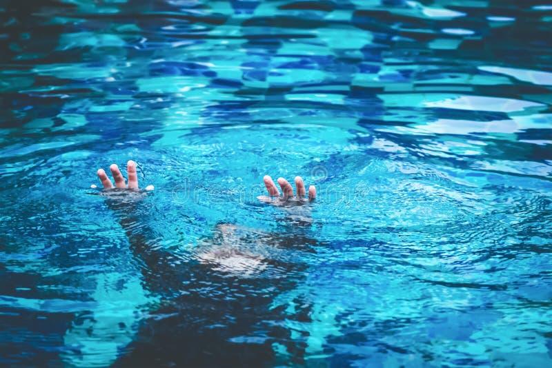 孩子处于淹没在水池的危险中 免版税库存照片