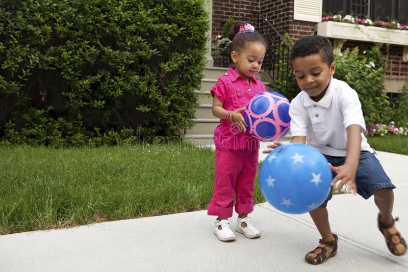孩子外部使用的年轻人 免版税库存图片
