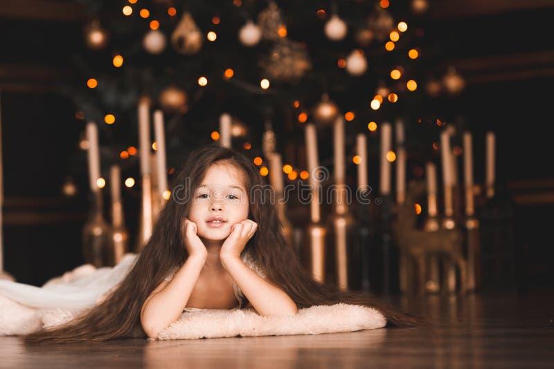 孩子女孩在圣诞节装饰的屋子里 库存照片