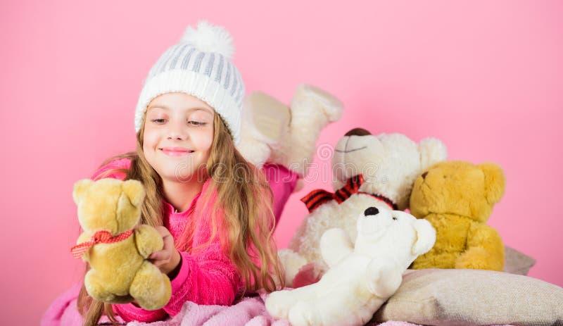 孩子女孩戏剧有软的玩具玩具熊桃红色背景 软性是钥匙 儿童小女孩嬉戏的举行玩具熊 免版税库存图片
