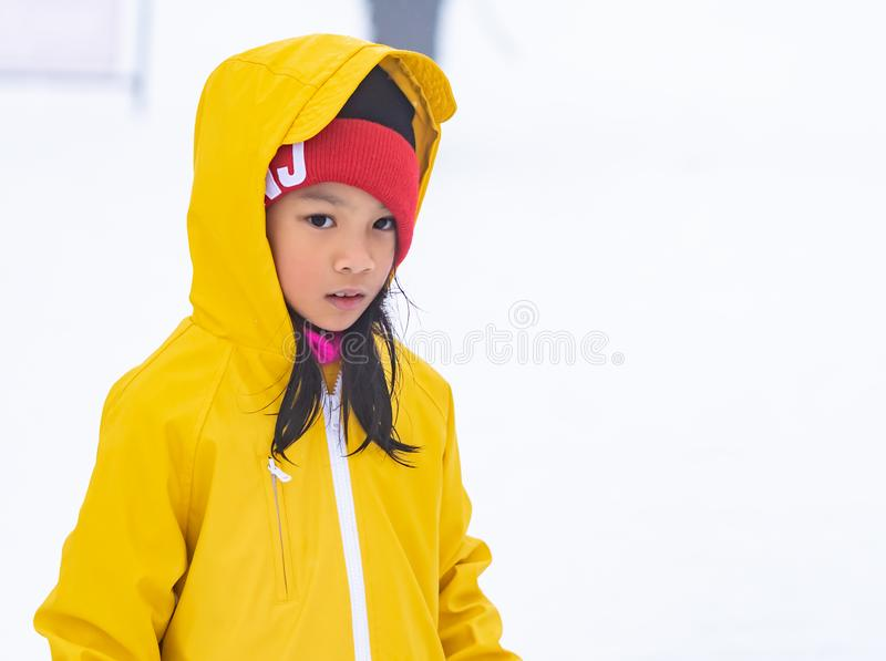孩子女孩画象黄色冬天衣物的 免版税库存照片
