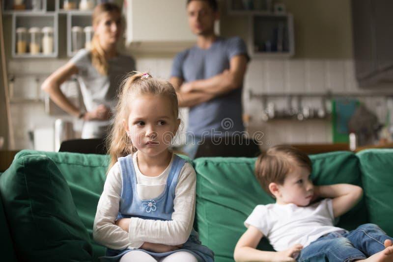 孩子女孩翻倒,被触犯或乏味忽略父母和兄弟 免版税库存照片