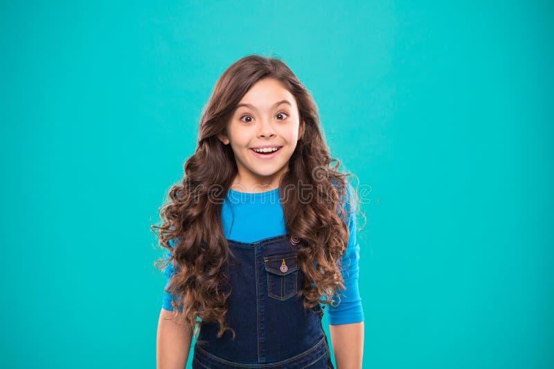 孩子女孩长的健康发光的头发穿戴便服 女孩激动的愉快的面孔 孩子愉快的逗人喜爱的面孔感到激动 库存照片