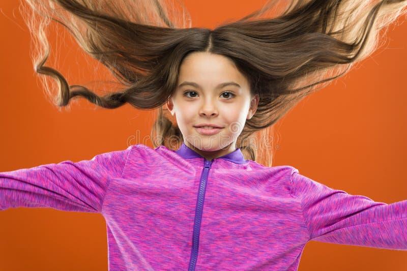 孩子女孩长的健康发光的头发 女孩生长长发 教的孩子健康护发习性 严格的头发 免版税库存照片