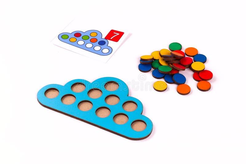 孩子学习的数学的蒙台梭利木材料在学校,幼儿园,幼儿园 培训的概念 库存图片