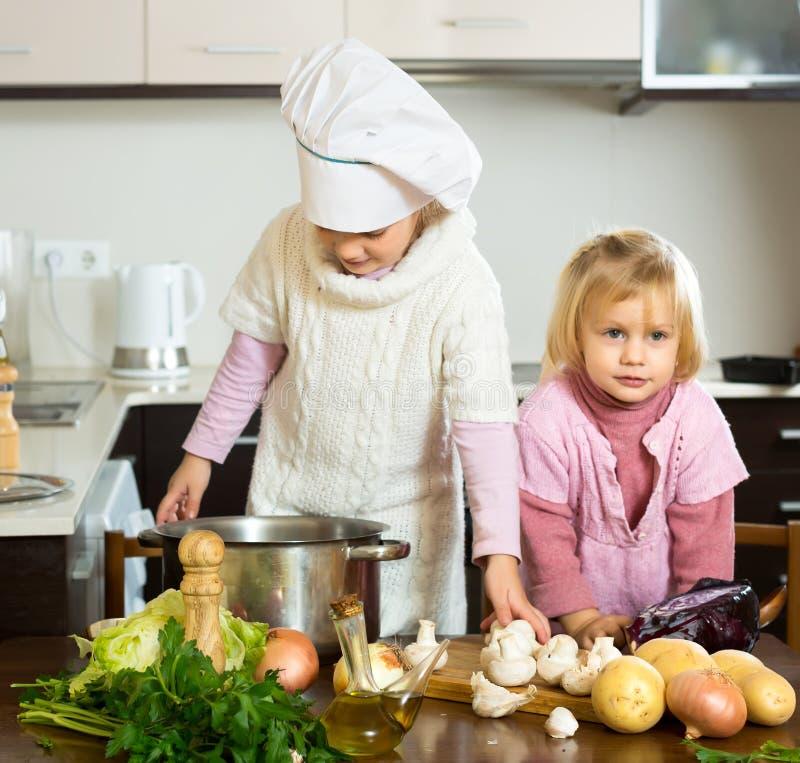 孩子学会如何准备食物 免版税图库摄影