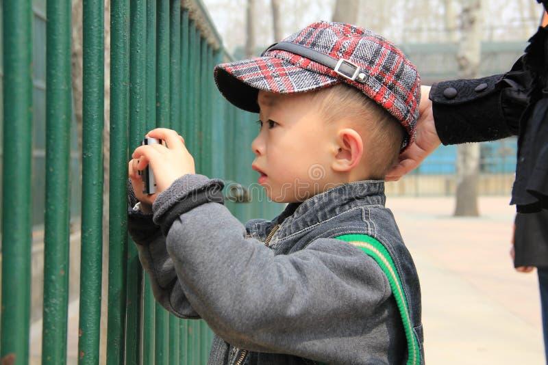 孩子学会摄影 图库摄影