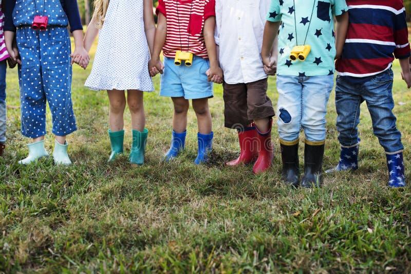 孩子学校实地考察学会户外植物的公园的小组 免版税库存照片