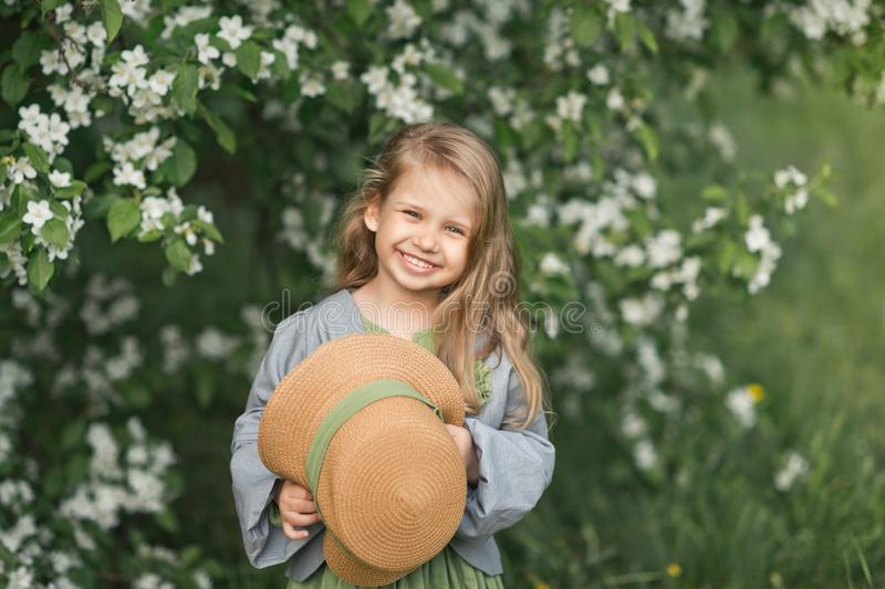 孩子对大画象害羞地微笑1817 库存照片