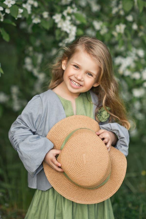 孩子对大画象害羞地微笑1815 库存图片