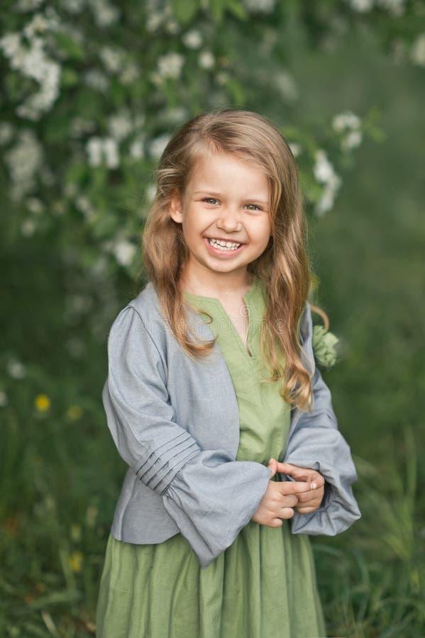 孩子对大画象害羞地微笑1814 免版税库存图片