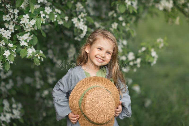 孩子对大画象害羞地微笑1816 库存照片